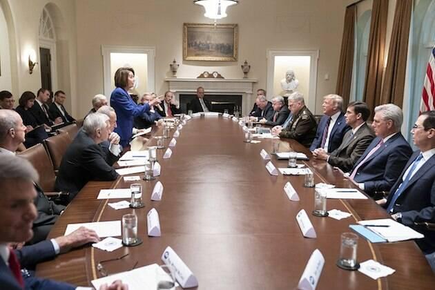 La presidenta de la Cámara de los Representantes, la demócrata Nancy Pelosi, rebate a Donald Trump en una reunión en la Casa Blanca pocos días antes de que se iniciase el proceso de Impeachment. / Wikimedia Commons,
