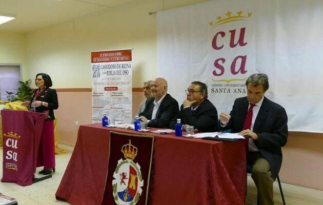 De izq. a dcha. Emilio Monjo (CIMPE), Luis Sáez (Dtor. Editora Regional de Extremadura), el Alcalde de Almendralejo, el presidente de la Real Academia de Extremadura y al fondo Carmen Fernández-Daza (CUSA).,