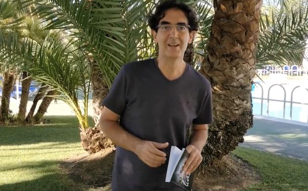 El escritor Jaime Fernández Garrido, en un video explicativo de su nuevo libro devocional. / Abba,