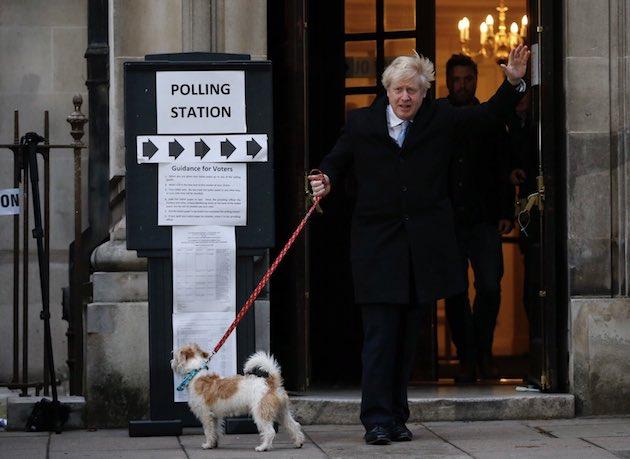 El candidato conservador, Boris Johnson, saliendo del colegio electoral este jueves acompañado por su mascota. / Twitter @BorisJohnson,
