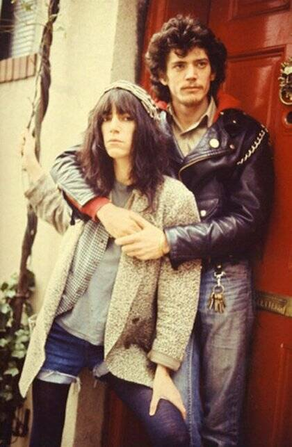 Patti Smith vivió con el fotógrafo Mapplethorpe, hasta que él se hace homosexual y muere de sida.