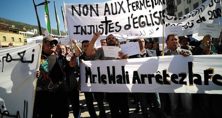 Cristianos argelinos protestando contra el cierre de una iglesia el pasado octubre. / Facebook Les Chrétiens en Algérie,