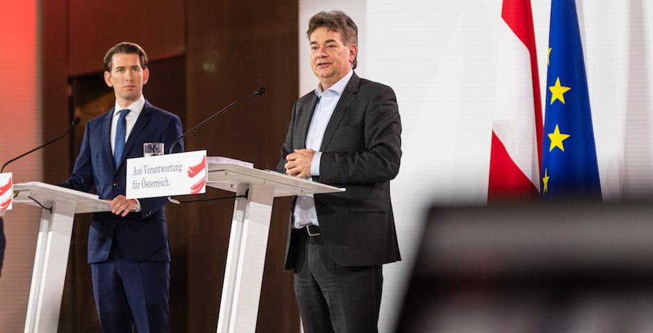 El líder conservador y nuevo canciller de Austria, Sebastian Kurz, a la izquierda, y el líder de Los Verdes, Werner Kogler, presentando su acuerdo de gobierno. / Twitter @WKogler,