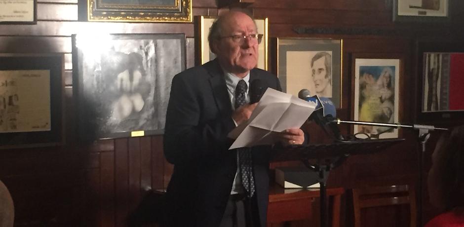 El catedrático José Luis Villacañas pronunciando su discurso después de recoger el Premio Unamuno en el Café Gijón. / Daniel Hofkamp,