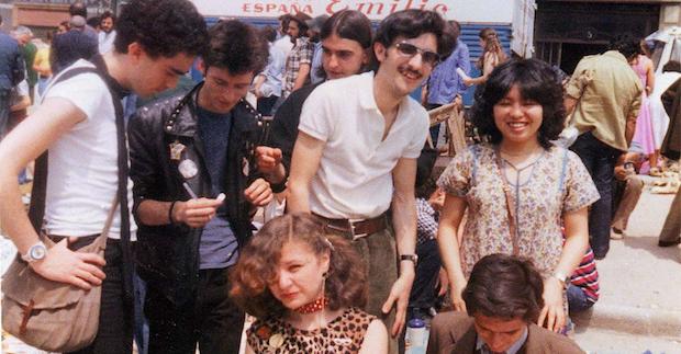 Alaska, El Zurdo y Carlos Berlanga vendiendo sus fanzines en el Rastro a finales de los 70.