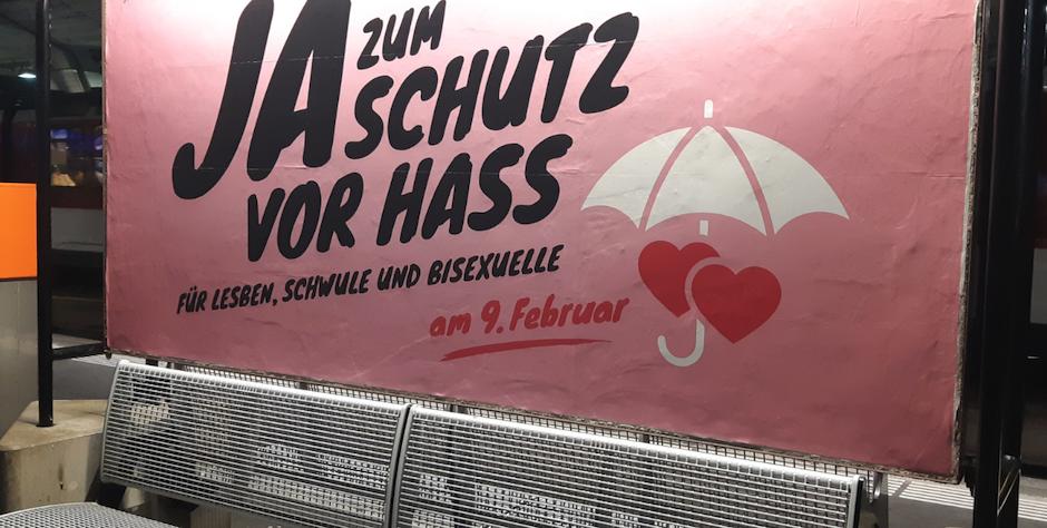 """Cartel de la campaña a favor de la ampliación del delito de odio para proteger al colectivo LGBT. / Sylvia Stam, <a target=""""_blank"""" href=""""http://kath.ch"""">kath.ch</a>,"""