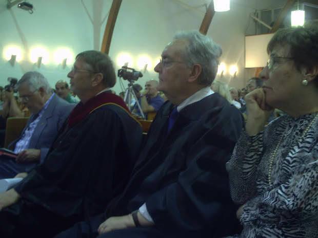 l recibir el doctorado honoris causa de la Facultad de Aix-en-Provence, junto a su esposa Mar°a, a su izquierda, del rector, Dr Paul Wells, a su derecha.