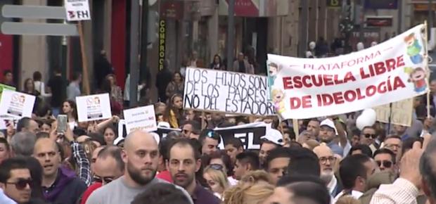 Varias pancartas en contra de las declaraciones de la ministra Isabel Celaá.