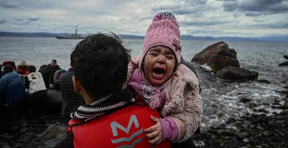 Miles de personas, entre las cuales hay muchos niños, han intentado acceder a Grecia después de que Turquía abriese su frontera. Twitter @aminahekmet,