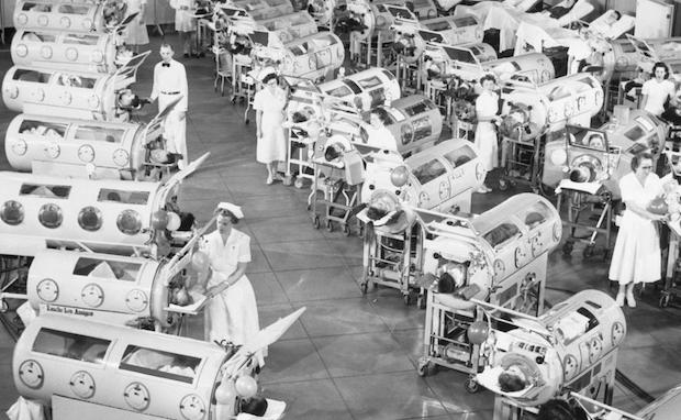 Roth recuerda el sofocante verano, cuando niños como él, morían de una epidemia de polio en 1944.