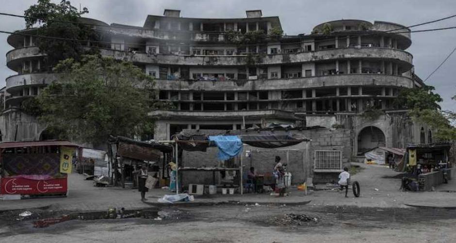 Un edificio en la ciudad de Beira, meses después del paso de Idai. / Twitter @MSF_Espana,