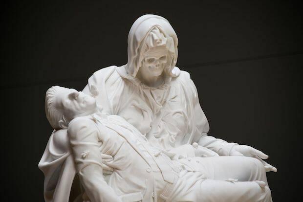 El artista flamenco Jan Fabre da su particular visión de la Piedad de Miguel Ángel con una calavera en el rostro de María y la figura del escultor en lugar de Jesús.