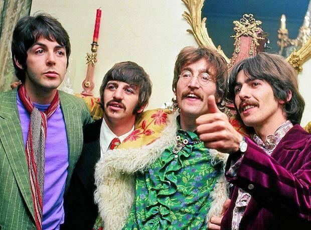 Los Beatles son producto de una época, pero también ídolos de una sociedad, que conforma en torno a ellos una auténtica religión.