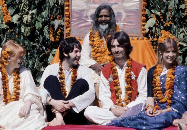 Los Beatles conocen al gurú Maharishi en la India en 1967.
