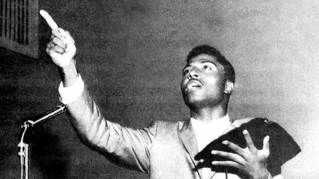 Little Richard tiene un encuentro con Dios en 1957, deja sus gritos, pelucas y maquillaje para entrar en una escuela bíblica.