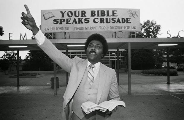 En 1977 deja los escenarios para ser evangelista, buscando una santidad conforme a la Ley de Dios y condenando el rock.