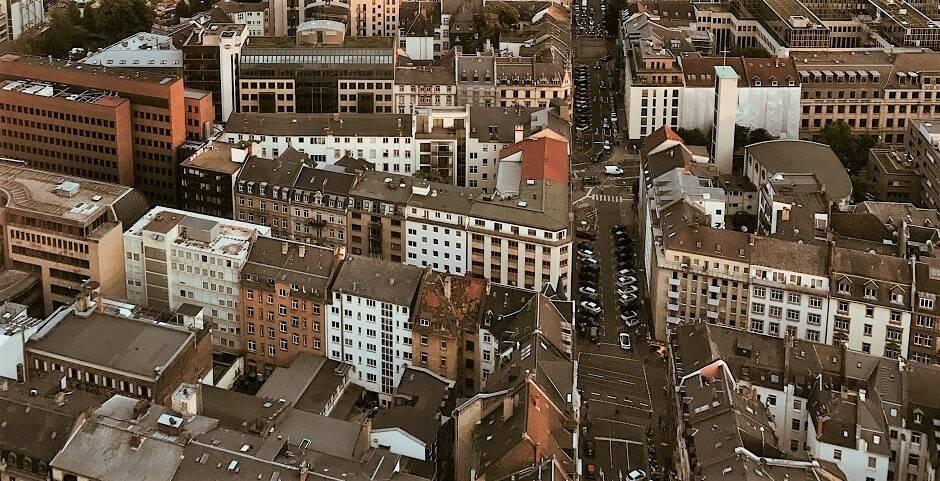 "La ciudad de Frankfurt. / <a target=""_blank"" href=""https://unsplash.com/@enesuenal"">Enes Ünal</a>, Unsplash, CC0.,"