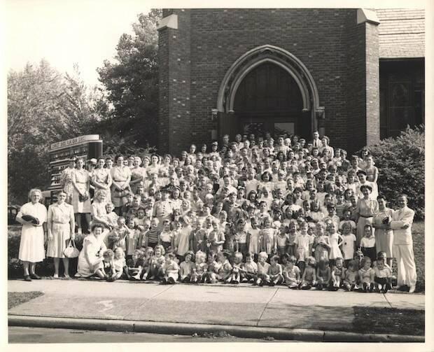 Los Schaeffer se hicieron conocidos por su ministerio entre niños, organizando escuelas bíblicas de verano, como esta que hicieron en una iglesia de Grove City, en Pensilvania.