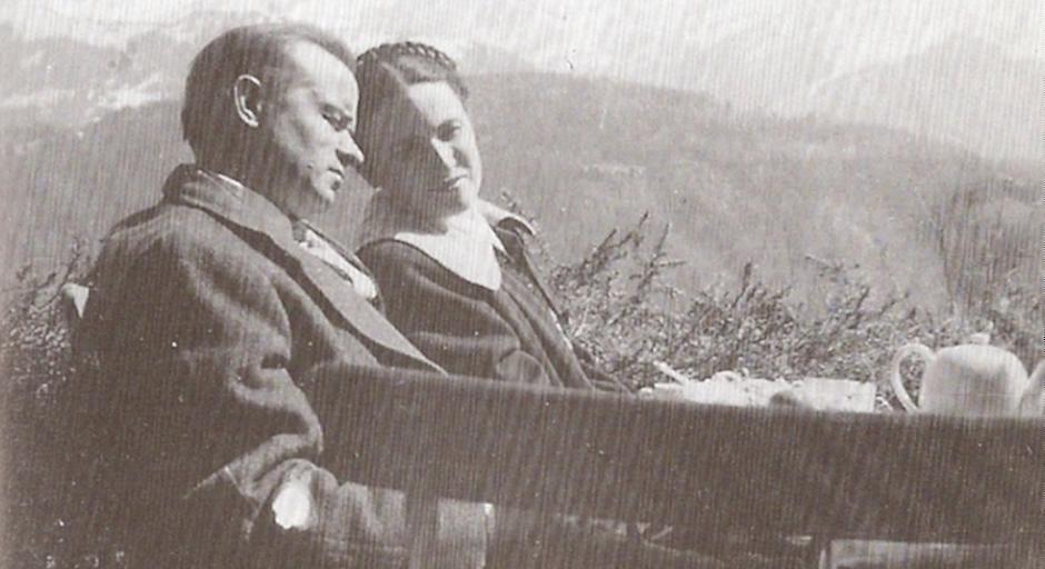 Schaeffer con su esposa Edith en las montañas de Suiza, donde tuvo una crisis a principios de los 50.