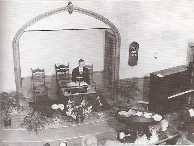 Schaeffer predicando en la primera iglesia donde fue pastor en Grove City, Pensilvania.