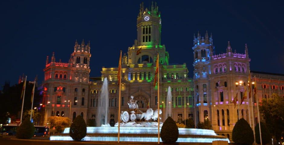 El Palacio de Cibeles lucirá los colores arcoíris durante esta semana. / Ayto de Madrid,