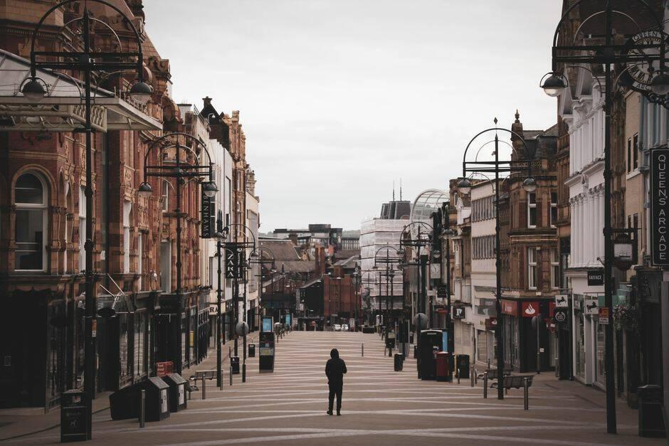 """Imagen e una calle vacía en Leeds. / <a target=""""_blank"""" href=""""https://unsplash.com/@garybpt"""">Gary Butterfield </a>, Unsplash CC,"""