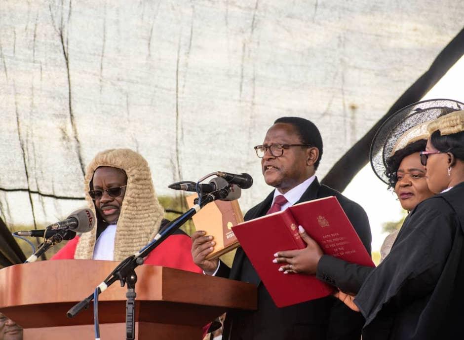 El presidente Lazarus Chakwera tomando posesión de su cargo con una Biblia en la mano. / Twitter @LAZARUSCHAKWERA,