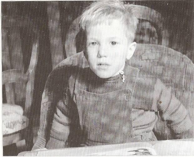 Nacido tardíamente, después de sus tres hermanas, Franky es el único hijo varón de la familia, que recibe toda la atención de su madre, al estar enfermo de polio desde los 2 años.