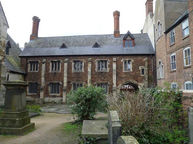 Packer fue a la escuela secundaria de St. Mary de Crypt, donde había estudiado el predicador evangélico del Avivamiento del siglo XVIII, George Whitefield.