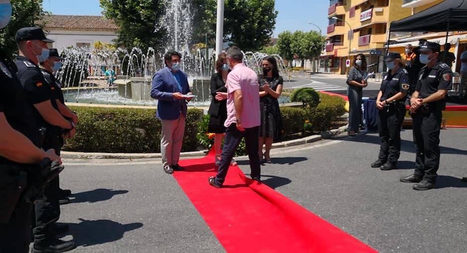 El pastor Miguel Ánguel Culebras recoge la placa de reconocimiento a la iglesia Al Ritmo de Tu Gracia. / Cedida,