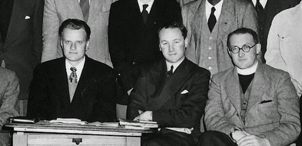 La campaña de Billy Graham en la Universidad de Cambridge en 1956 provocó un debate ente el obispo anglicano de Durham y John Stott sobre la etiqueta de fundamentalismo.