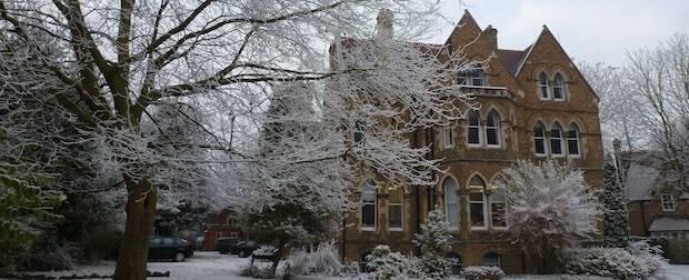 El centro donde se prepara Packer para su ordenación al ministerio se funda en el siglo XIX en Oxford para dar formación teológica a candidatos evangélicos, Wycliffe Hall.