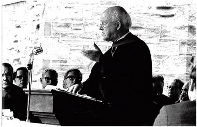 Lloyd-Jones comienza su ministerio en una denominación mixta como la presbiteriana de Gales, pero en 1966 ve en peligro la identidad evangélica, al vincularse a un contexto plural, doctrinal y experimentalmente.