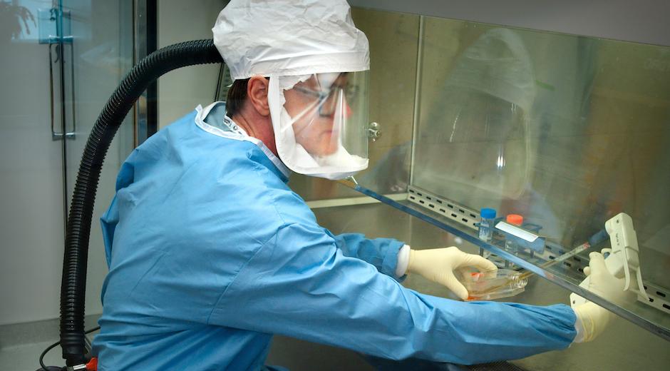 Un investigador trabajando en un laboratorio. / [link]CDC [/link], Unsplash CC,