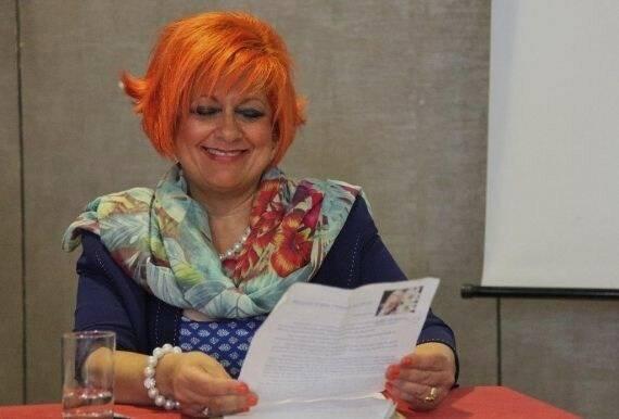 Beatriz Garrido en Madrid, leyendo sus versos en un encuentro de Adece (foto MGala),