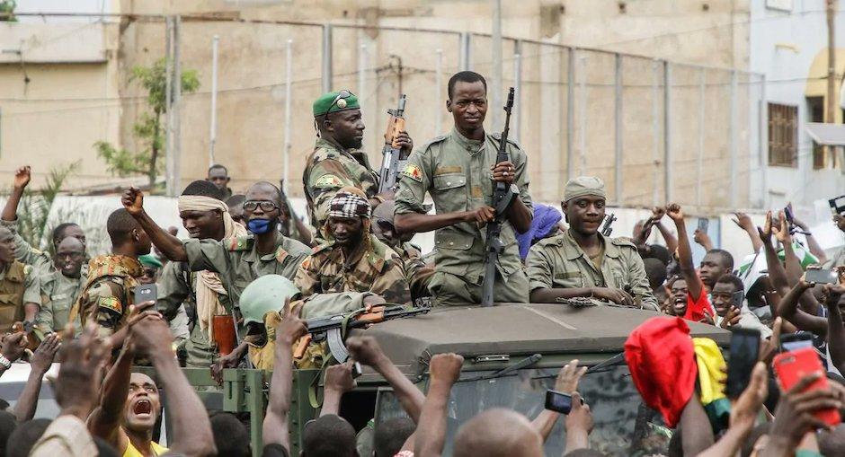 Tras meses de intensas protestas contra el gobierno, los militares de Mali han tomado el control del gobierno de forma interina. / Twitter @Atlantide4World,