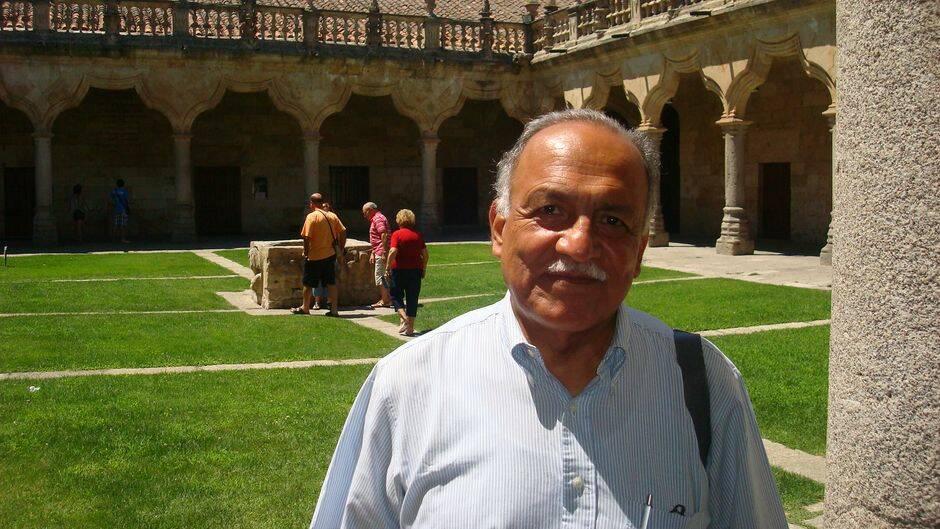 Samuel Escobar en el Patio de Escuelas Menores de la Universidad de Salamanca (Foto de Jacqueline Alencar),