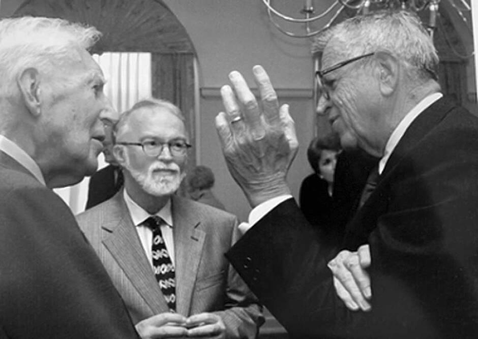 Es el político convertido al cristianismo por la obra de Lewis, cuando estaba en la cárcel por el escándalo Watergate, Chuck Colson, quien invita a Packer al diálogo con católico-romanos.