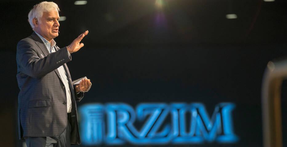 Ravi Zacharias, en una conferencia durante el evento Refresh en Alpharetta, Ga., 2018. / RZIM,