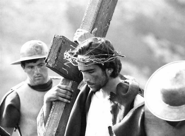 El texto literal del Evangelio es llevado a la pantalla, en una modesta producción en blanco y negro que ganó el premio especial del jurado del Festival de Venecia en 1964.