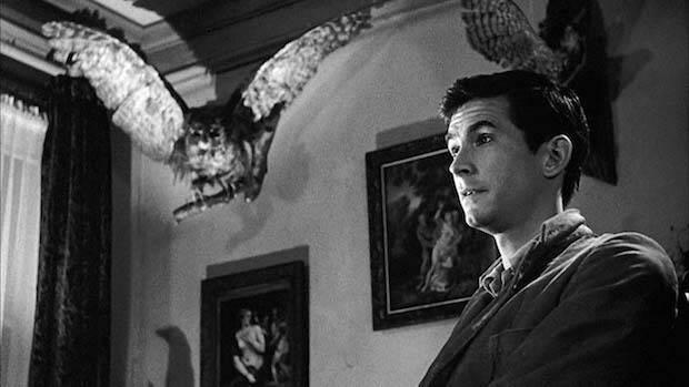 El bajo y regordete cuarentón del libro, se convierte en el alto joven delgado de Hitchcock, Anthony Perkins.