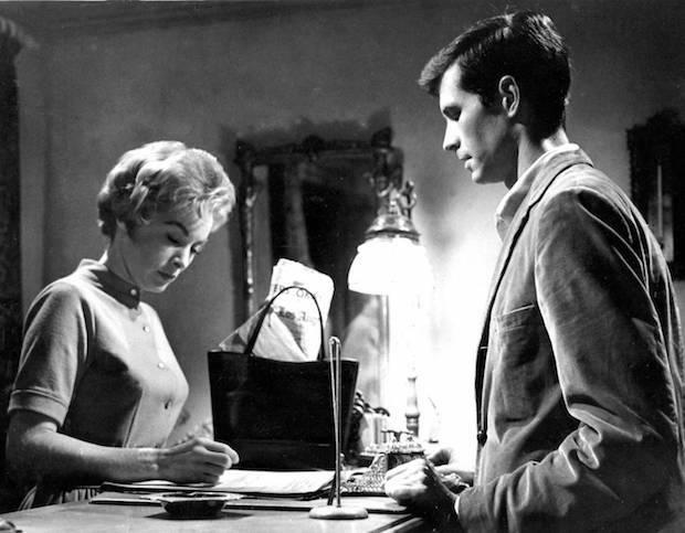 Los largometrajes de Hitchcock resultan escalofriantes, no porque muestren cómo el mal asola el mundo, sino porque el mal es, con mucha frecuencia, banal y cotidiano.