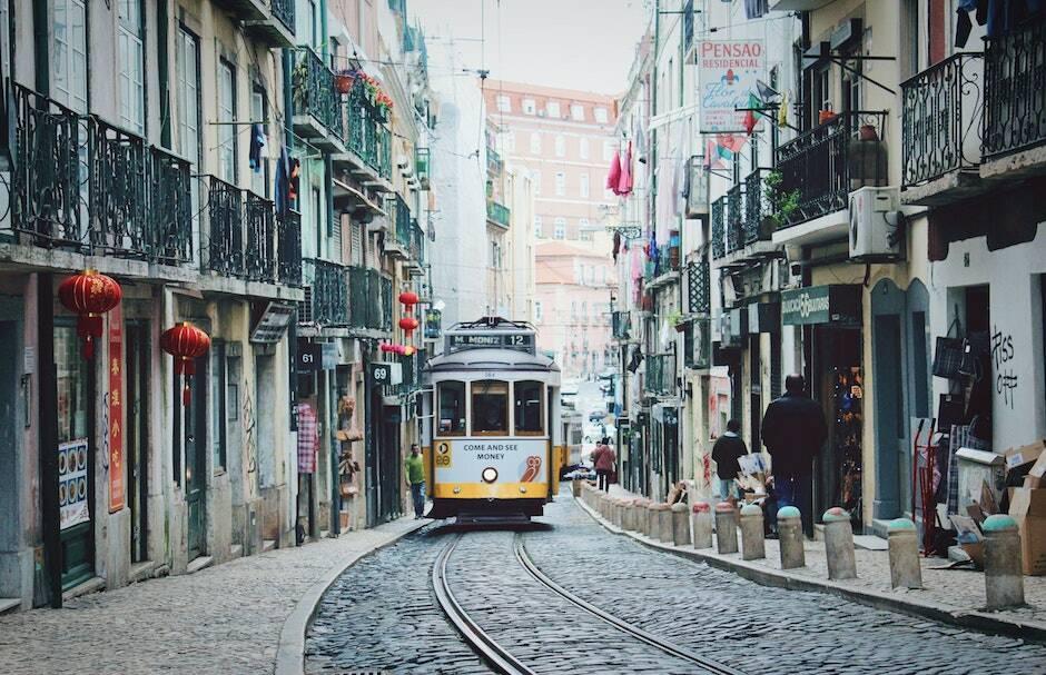 "El famoso tranvía de Lisboa, recorriendo una calle de la ciudad. / <a target=""_blank"" href=""https://unsplash.com/@runningvita?utm_source=unsplash&utm_medium=referral&utm_content=creditCopyText"">Vita Marija Murenaite</a>, Unsplash CC,"