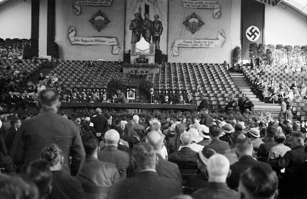 Los participantes americanos del V Congreso Bautista celebrado en Berlín en 1934 admiraron a Hitler como alguien que no fuma ni bebe y está en contra de la pornografía.
