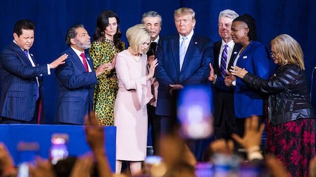 La revista The Atlantic reveló en septiembre el testimonio de funcionarios de la Casa Blanca diciendo que el tema favorito de las bromas de Trump es el apoyo incondicional que le dan los evangélicos.