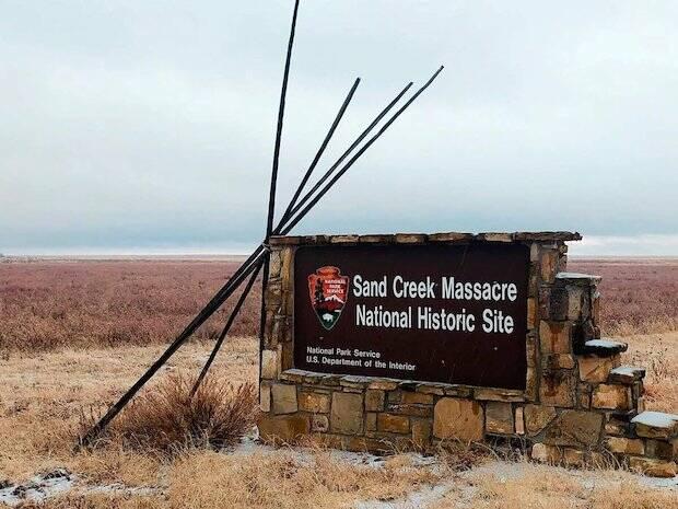 En 1864 una división de caballería, dirigida por Chivington, atacó y destruyó el poblado indio de Sand Creek, donde mataron y mutilaron a mujeres y niños.