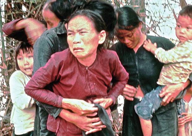 Las críticas a la guerra del Vietnam se hacen mayoritarias cuando se conoce la masacre de My Lai en 1968, en la que 567 ancianos, mujeres y niños fueron violados y mutilados por soldados americanos.