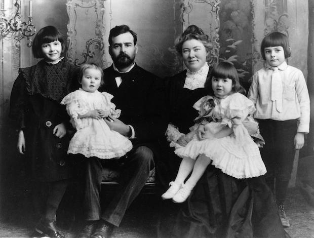 El celo evangélico de su abuelo se convirtió, sin embargo, en un frustrante legalismo con su padre, el doctor Hemingway.
