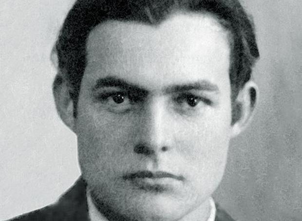 Cuando comienza a trabajar en un periódico de Kansas City, Hemingway deja de ir a la iglesia, a pesar de las recriminaciones de su madre.