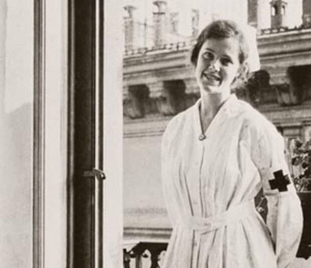 Hemingway tiene un desengaño sentimental con una enfermera en Milán durante la Primera Guerra Mundial, como en Adiós a las armas.